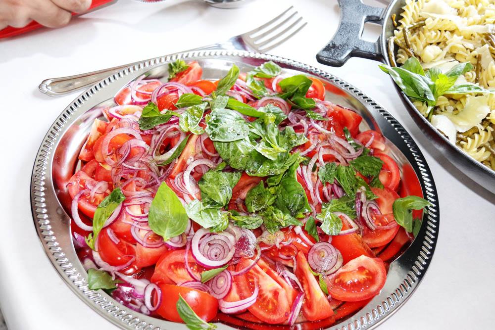 Tomatensalat mit Zwiebeln und Basilikum