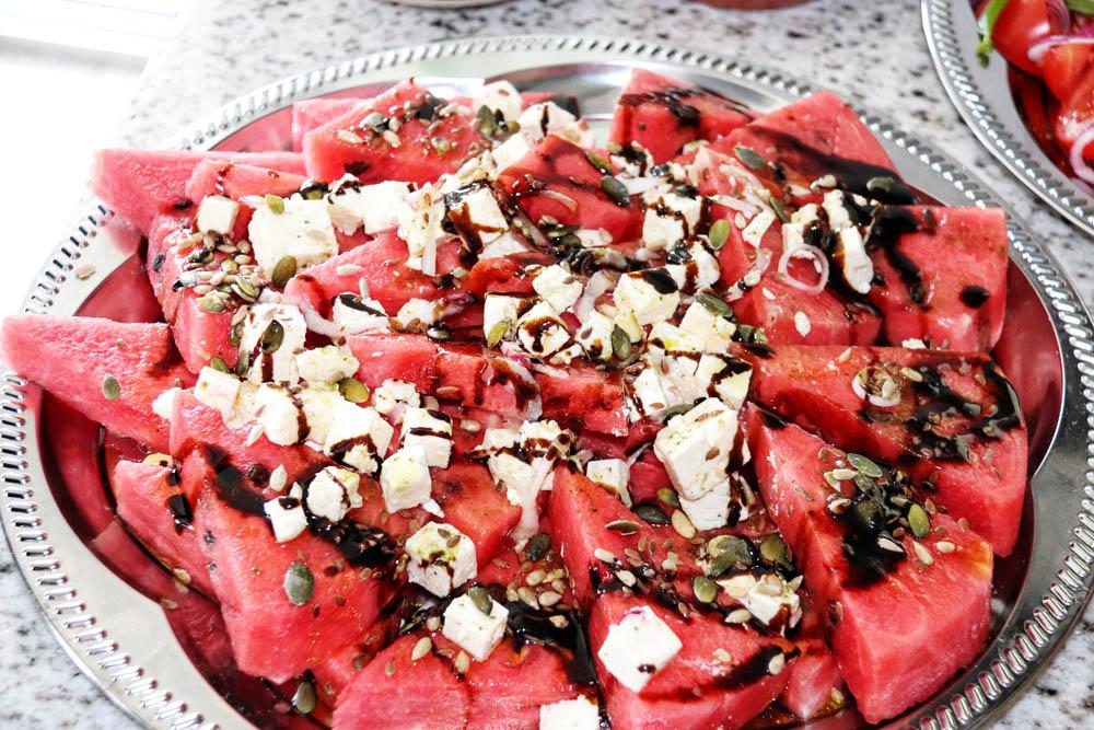 Wassermelonensalat mit Zwiebeln und Fetakäse