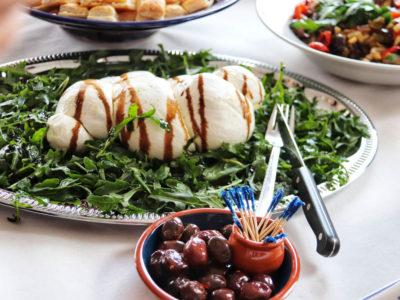 Mozzarella on arugula and olives