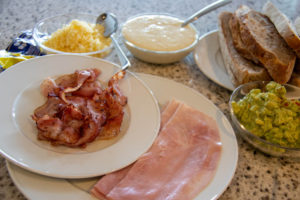 Zutaten für Croque MadameDe Luxe: Speck, Schinken, Avocado, Käse, Béchamel