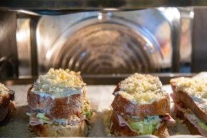 Croque Madame mit Käse auf einem Backblech im Ofen