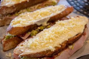 Croque Madame mit Käse auf einem Backblech