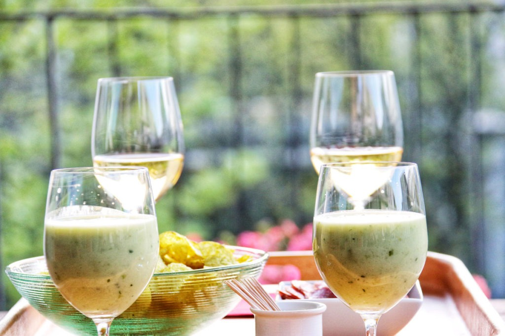 Green smoothie and white wine with potatoe chips