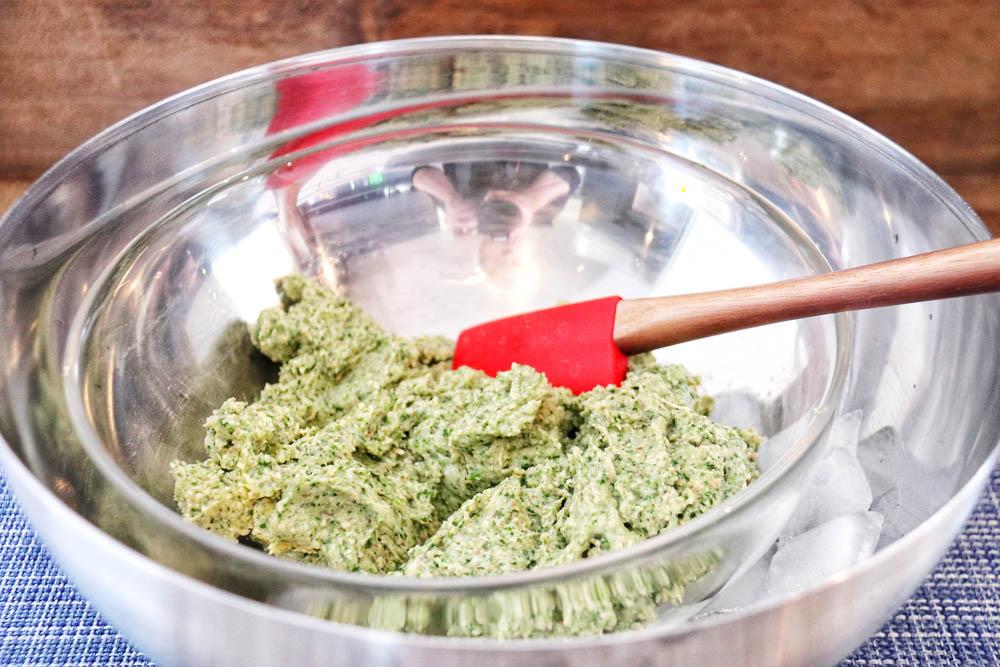 Füllung mit Spinat, Seehecht und Pilzen in einer Schüssel