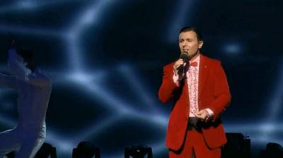Alessandro Cipriano auf der Bühne mit rotem Anzug