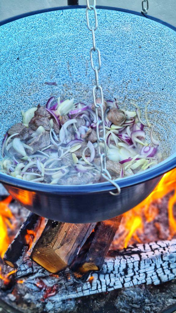 Urban Fire Cooking, Ungarischer Gulasch mit Serviettenknödel